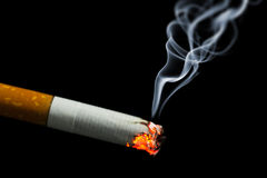 Brennende Zigarette mit Rauche Stockbild