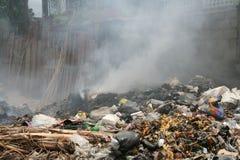 Brennender Abfall in der Straße Stockbild