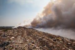 Brennender Abfallhaufen des Rauches Stockfotos