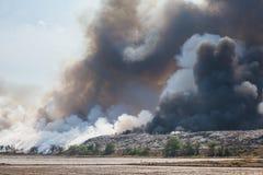 Brennender Abfallhaufen des Rauches Stockfoto