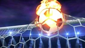 Brennender Fußball fliegt langsam in das Ziel