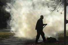 Brennender Gartenabfall der Arbeitskraft Stockbild