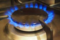 Brennender Gasbrenner auf Hauptküchenofen Stockbild