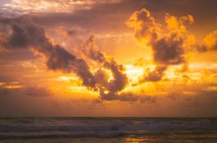 Brennender goldener Sonnenuntergang in Meer stockfotos