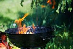 Brennender Grill mit großen Flammen des Feuers Stockfoto