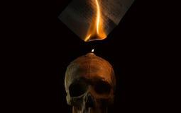 Brennender handgeschriebener Buchstabe durch Kerzenfeuer lizenzfreies stockfoto
