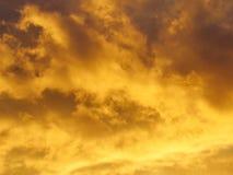 Brennender Himmel bei Sonnenuntergang Stockfoto