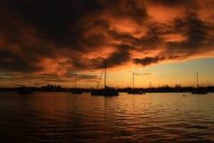 Brennender Himmel vor Sonnenaufgang Stockbilder