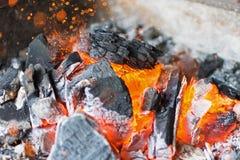 Brennender Holzkohlen-Abschluss oben Heiße Holzkohlen-glühende Briketts Lizenzfreies Stockbild