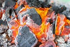 Brennender Holzkohlen-Abschluss oben Heiße Holzkohlen-glühende Briketts Lizenzfreie Stockfotografie