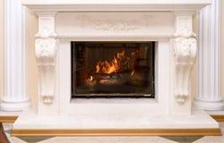 Brennender Kamin als Möbelstück Lizenzfreie Stockfotos