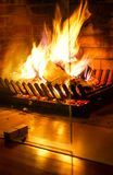 Brennender Kamin Kamin als Möbelstück Konzeptdekoration des Weihnachtsneuen Jahres stockbild