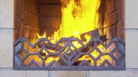 Brennender Kamin gemacht vom roten Backstein stock video