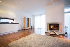 Brennender Kamin im Wohnzimmer Stockfoto