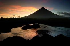 Brennender Mayon Vulkan lizenzfreie stockbilder