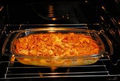 Brennender Ofen mit einem Teller Lizenzfreies Stockfoto