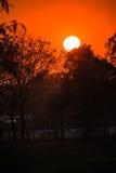 Brennender orange Sonnenuntergang des schönen Himmels Lizenzfreie Stockfotos