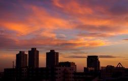 Brennender orange Sonnenunterganghimmel Schöner Himmel Stockfotos