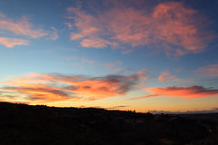 Brennender orange Sonnenunterganghimmel Schöner Himmel Stockfotografie