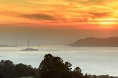 Brennender rauchiger Sonnenuntergang über Golden gate bridge Stockfoto
