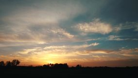 Brennender schöner Sonnenuntergang, Zeitspanne 4k stock video footage
