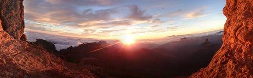 Brennender Sonnenaufgang über einer Berglandschaft stockfotografie