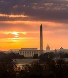 Brennender Sonnenaufgang über Monumenten von Washington Lizenzfreie Stockfotos