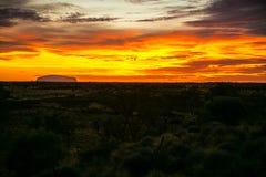 Brennender Sonnenaufgang auf Uluru Stockfoto
