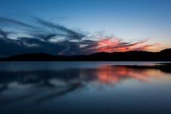 Brennender Sonnenuntergang über dem See Jrebchevo Stockfoto