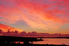 brennender Sonnenuntergang auf Fluss mit Schattenbildland, Perth Stockfotos