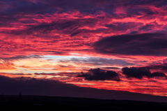 Brennender Sonnenuntergang in der Landschaft lizenzfreies stockfoto