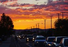 Brennender Sonnenuntergang in der Stadt stockfotos