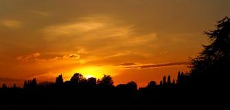 Brennender Sonnenuntergang von der alten Stadt von Bergamo zu den Hügeln, welche die Stadt umgeben Lizenzfreie Stockfotos