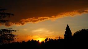 Brennender Sonnenuntergang von der alten Stadt von Bergamo zu den Hügeln, welche die Stadt umgeben Stockfoto
