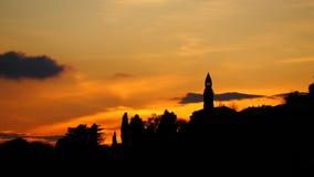 Brennender Sonnenuntergang von der alten Stadt von Bergamo zu den Hügeln, welche die Stadt umgeben Stockbilder