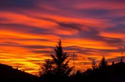 Brennender Sonnenuntergang während der Herbstsaison Farbige Wolken, die Wolken und abstrakte Formen im Himmel schaffen stockfotografie