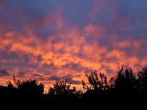 Brennender Sonnenuntergangdämmerungshimmel stockbilder