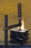 Brennender Stapel Festplattenlaufwerk zusammen gedrückt lizenzfreie stockfotografie