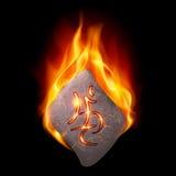Brennender Stein mit magischer Rune Lizenzfreie Stockfotos