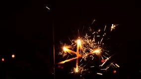 Brennender Weihnachtssparkler stock footage