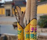 Brennender Weihrauch in einem Tempel stockbild