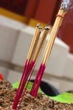 Brennender Weihrauch und Kerzen auf dem Altar Lizenzfreies Stockfoto