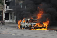 Brennendes Auto. Lizenzfreie Stockfotografie