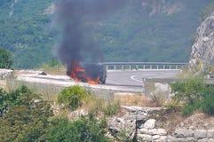 Brennendes Auto auf Datenbahn Stockfotografie