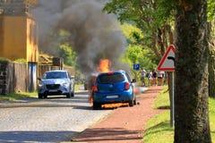 Brennendes Auto auf der Stra?e lizenzfreies stockfoto