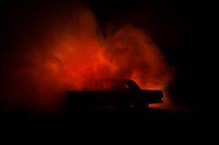 Brennendes Auto auf einem dunklen Hintergrund Anziehendes Feuer des Autos, nach dem Vandalenakt oder Straße indicent Stockbild