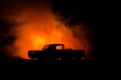 Brennendes Auto auf einem dunklen Hintergrund Anziehendes Feuer des Autos, nach dem Vandalenakt oder Straße indicent Lizenzfreies Stockfoto