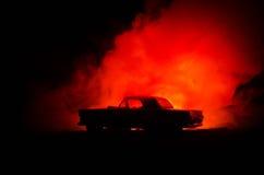 Brennendes Auto auf einem dunklen Hintergrund Anziehendes Feuer des Autos, nach dem Vandalenakt oder Straße indicent Stockfoto