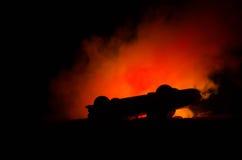 Brennendes Auto auf einem dunklen Hintergrund Anziehendes Feuer des Autos, nach dem Vandalenakt oder Straße indicent Stockfotos