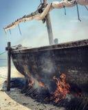 Brennendes Boot auf den Ufern von Sansibar Lizenzfreie Stockfotos